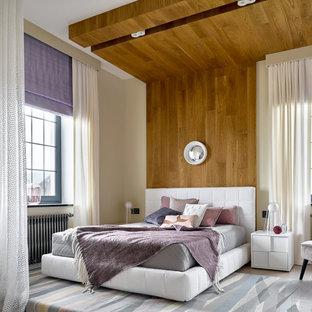 Пример оригинального дизайна: большая хозяйская спальня в современном стиле с бежевыми стенами, светлым паркетным полом и бежевым полом