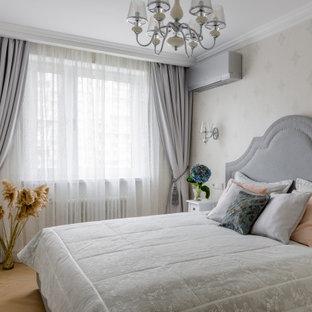 Пример оригинального дизайна: маленькая хозяйская спальня в стиле современная классика с серыми стенами, паркетным полом среднего тона и коричневым полом