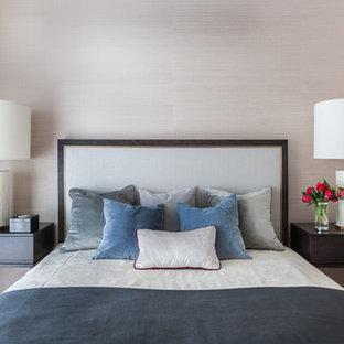 Идея дизайна: хозяйская спальня в стиле современная классика с бежевыми стенами