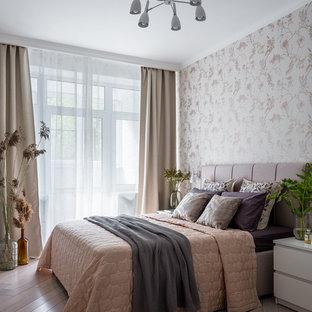 На фото: хозяйская спальня в современном стиле с бежевыми стенами и светлым паркетным полом с