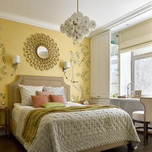 На фото: хозяйские спальни в классическом стиле с темным паркетным полом, коричневым полом и желтыми стенами