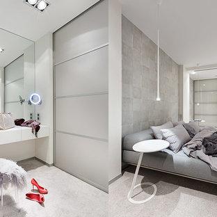 Неиссякаемый источник вдохновения для домашнего уюта: большая хозяйская спальня в современном стиле с ковровым покрытием, белыми стенами и серым полом