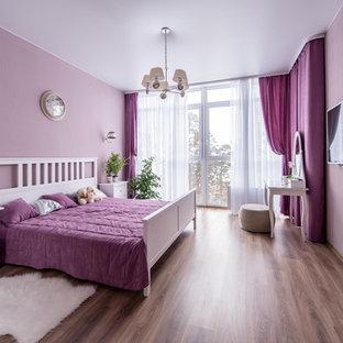 Imagen de dormitorio principal, tradicional renovado, de tamaño medio, sin chimenea, con paredes rosas y suelo laminado
