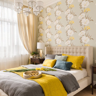 Свежая идея для дизайна: хозяйская спальня среднего размера в стиле современная классика с разноцветными стенами, паркетным полом среднего тона и коричневым полом без камина - отличное фото интерьера