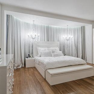 Неиссякаемый источник вдохновения для домашнего уюта: хозяйская спальня в современном стиле с белыми стенами и паркетным полом среднего тона
