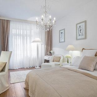 Идея дизайна: хозяйская спальня в современном стиле с белыми стенами и паркетным полом среднего тона