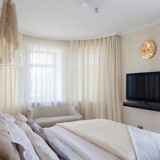 Стильный дизайн: хозяйская спальня в стиле неоклассика (современная классика) с бежевыми стенами - последний тренд