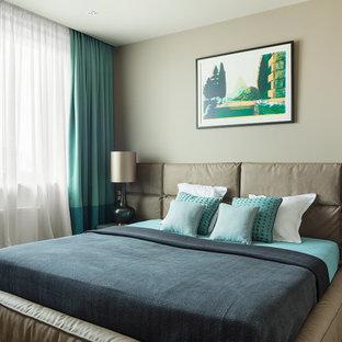 Неиссякаемый источник вдохновения для домашнего уюта: хозяйская спальня в современном стиле с серыми стенами, паркетным полом среднего тона и белым полом