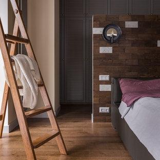 На фото: большая хозяйская спальня в стиле современная классика с бежевыми стенами, темным паркетным полом и коричневым полом