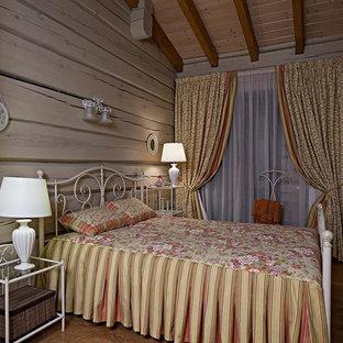 Diseño de habitación de invitados de estilo de casa de campo, de tamaño medio, con paredes beige, suelo de corcho y suelo marrón