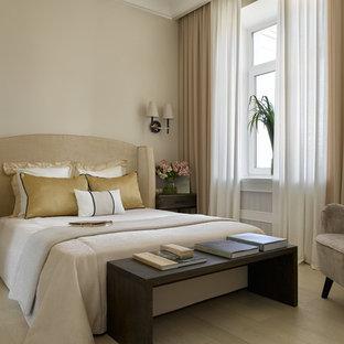 Неиссякаемый источник вдохновения для домашнего уюта: хозяйская спальня в современном стиле с бежевыми стенами, светлым паркетным полом и бежевым полом