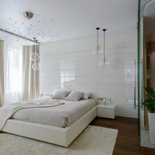 Пример оригинального дизайна: хозяйская спальня в современном стиле с белыми стенами, коричневым полом и темным паркетным полом