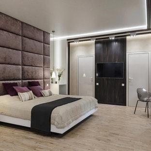 Пример оригинального дизайна: спальня в современном стиле с белыми стенами, светлым паркетным полом и коричневым полом без камина