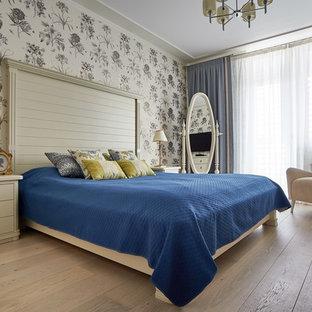 Идея дизайна: хозяйская спальня в стиле современная классика с светлым паркетным полом, бежевым полом и серыми стенами