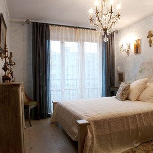 Imagen de dormitorio principal, retro, de tamaño medio, con suelo de madera en tonos medios, chimenea lineal, marco de chimenea de madera y suelo beige