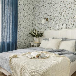 Идея дизайна: хозяйская спальня в скандинавском стиле с светлым паркетным полом, бежевым полом и синими шторами