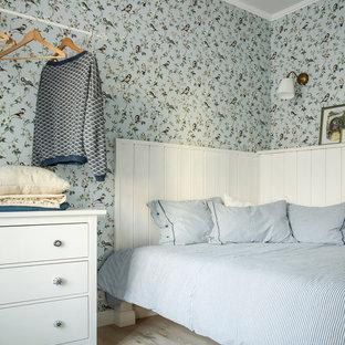 На фото: спальня в скандинавском стиле с светлым паркетным полом и бежевым полом
