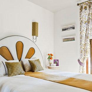 Свежая идея для дизайна: маленькая хозяйская спальня в стиле неоклассика (современная классика) с белыми стенами и белым полом - отличное фото интерьера