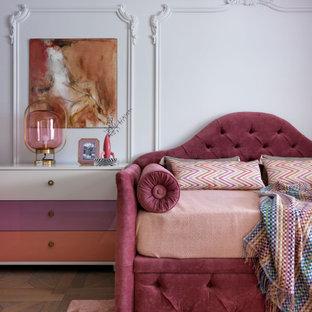 Пример оригинального дизайна: гостевая спальня в современном стиле с белыми стенами и паркетным полом среднего тона без камина
