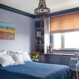 Imagen de dormitorio principal, clásico renovado, con paredes púrpuras, moqueta y suelo multicolor