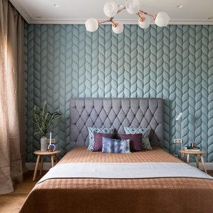 На фото: хозяйская спальня в современном стиле с синими стенами и паркетным полом среднего тона без камина с