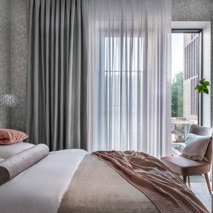 Неиссякаемый источник вдохновения для домашнего уюта: маленькая хозяйская спальня в современном стиле с серыми стенами, полом из ламината, серым полом и обоями на стенах