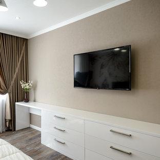 Modelo de dormitorio principal, actual, de tamaño medio, sin chimenea, con paredes marrones, suelo vinílico y suelo marrón
