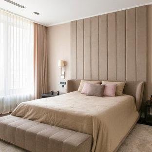 Стильный дизайн: спальня в стиле модернизм с бежевыми стенами, темным паркетным полом и коричневым полом - последний тренд