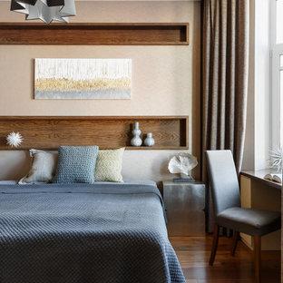 Неиссякаемый источник вдохновения для домашнего уюта: спальня в современном стиле с бежевыми стенами, темным паркетным полом и коричневым полом