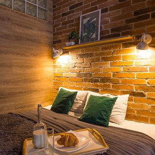 Пример оригинального дизайна: маленькая хозяйская спальня в стиле лофт с коричневыми стенами, полом из ламината, горизонтальным камином и бежевым полом