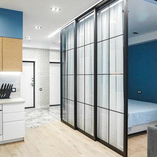 Неиссякаемый источник вдохновения для домашнего уюта: хозяйская спальня в современном стиле с синими стенами, светлым паркетным полом и бежевым полом