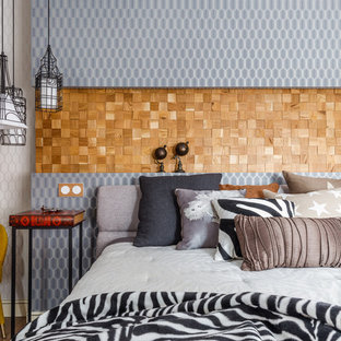 Идея дизайна: спальня в стиле фьюжн с разноцветными стенами, темным паркетным полом и коричневым полом