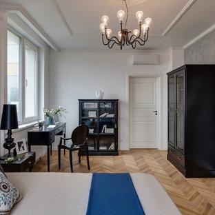 Пример оригинального дизайна интерьера: хозяйская спальня в стиле современная классика с белыми стенами, светлым паркетным полом и бежевым полом