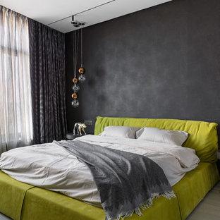 Стильный дизайн: хозяйская спальня в современном стиле с черными стенами, светлым паркетным полом и бежевым полом - последний тренд