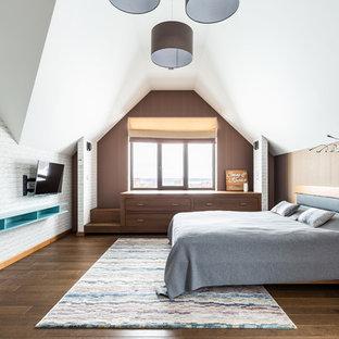Свежая идея для дизайна: большая гостевая спальня в современном стиле с коричневыми стенами, темным паркетным полом и коричневым полом - отличное фото интерьера