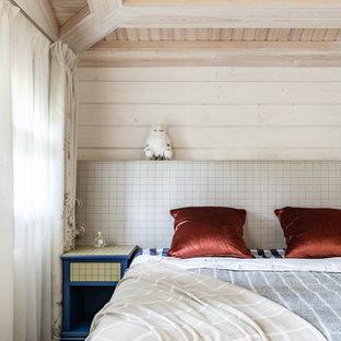 Источник вдохновения для домашнего уюта: маленькая гостевая спальня (комната для гостей) в стиле кантри с полом из керамической плитки и белыми стенами без камина