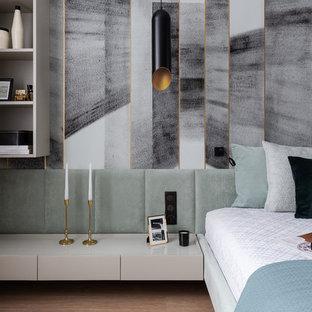 На фото: хозяйская спальня среднего размера в современном стиле с паркетным полом среднего тона, серыми стенами и коричневым полом с