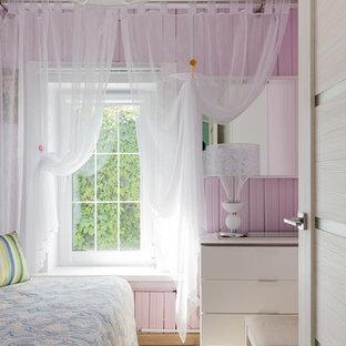 他の地域の小さいコンテンポラリースタイルのおしゃれな寝室 (ピンクの壁、クッションフロア、ベージュの床) のレイアウト