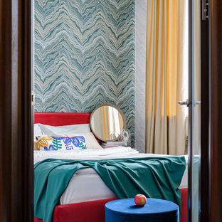Foto de dormitorio principal y papel pintado, contemporáneo, pequeño, papel pintado, con paredes multicolor, suelo laminado, suelo marrón y papel pintado