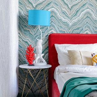 Imagen de dormitorio principal y papel pintado, contemporáneo, pequeño, papel pintado, con paredes multicolor, suelo laminado, suelo marrón y papel pintado