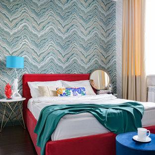 Idee per una piccola camera matrimoniale contemporanea con pareti multicolore, pavimento in laminato, pavimento marrone e carta da parati