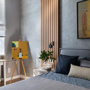Свежая идея для дизайна: спальня в современном стиле с серыми стенами, паркетным полом среднего тона и коричневым полом - отличное фото интерьера
