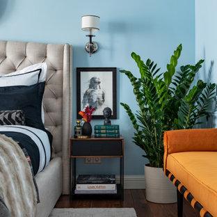 Пример оригинального дизайна: спальня в стиле современная классика с синими стенами, темным паркетным полом, коричневым полом и обоями на стенах