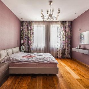 他の地域のコンテンポラリースタイルのおしゃれな主寝室 (紫の壁、無垢フローリング) のインテリア