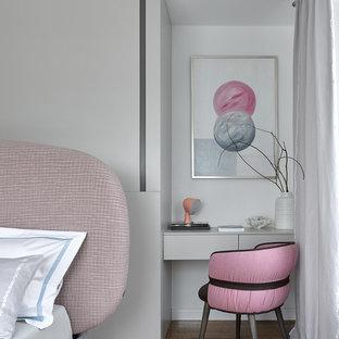 На фото: хозяйская спальня среднего размера в современном стиле с белыми стенами, паркетным полом среднего тона, коричневым полом и рабочим местом