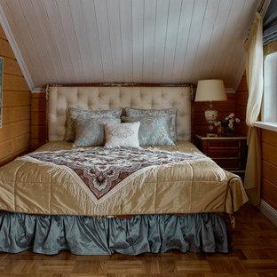 Свежая идея для дизайна: маленькая хозяйская спальня в классическом стиле с паркетным полом среднего тона, коричневыми стенами и коричневым полом без камина - отличное фото интерьера