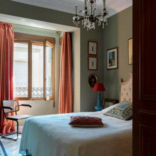 Foto de dormitorio tradicional con paredes verdes y suelo multicolor