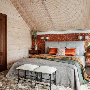 Стильный дизайн: спальня в стиле кантри с бежевыми стенами, темным паркетным полом и коричневым полом - последний тренд