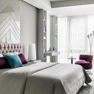 На фото: хозяйская спальня в современном стиле с серыми стенами