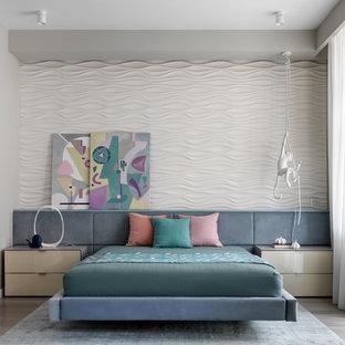 Идея дизайна: спальня в современном стиле с белыми стенами, светлым паркетным полом и серым полом